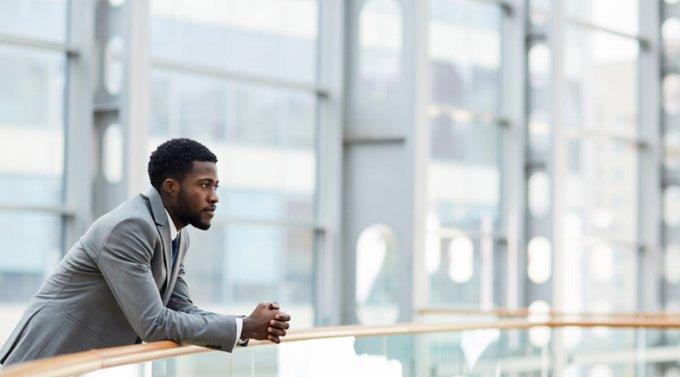 Hombre en un edificio mirando fijamente