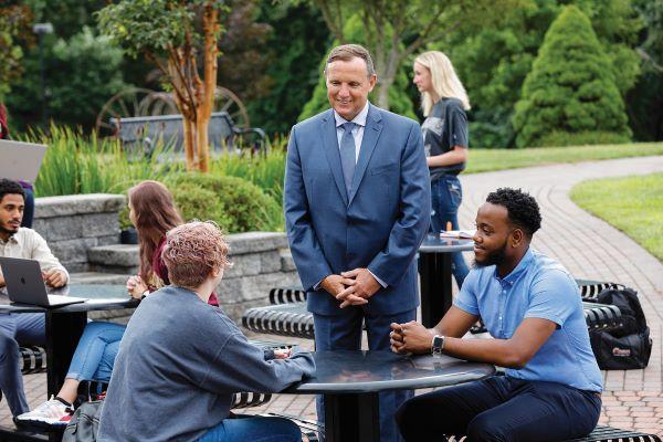 Hombre hablando con dos jóvenes