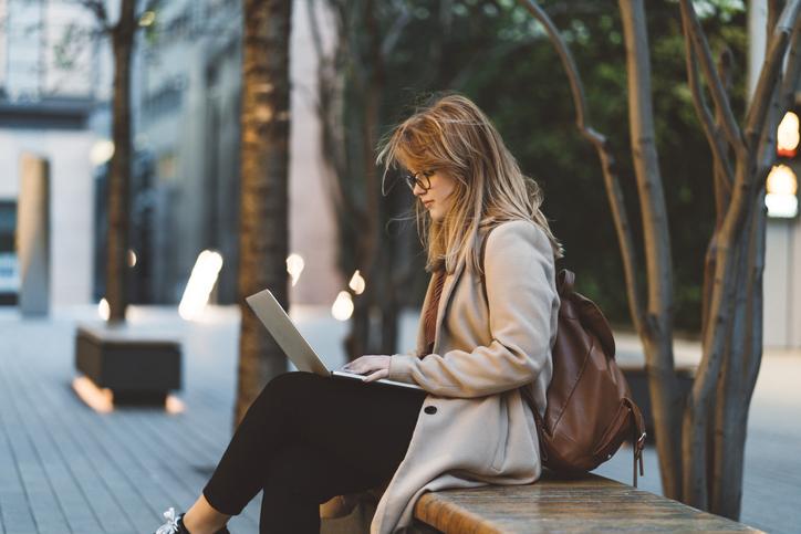 Mujer con un ordenador