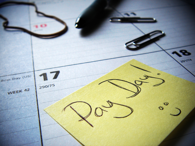 pay day post-it note marked on calendar
